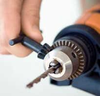 Как закрепить сверло в дрели без ключа