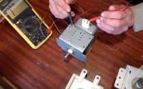 Почему сильно греется магнетрон в микроволновке